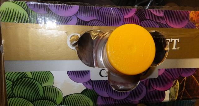 Горлышко пакета с соком продета в специальное отверстие в упаковке